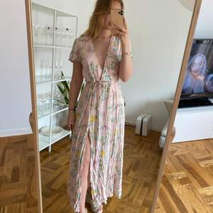 Ljusrosa jättefin och somrig långklänning från Nelly i strl 36. Knappt använd och säljes då jag ej klär i färgen.
