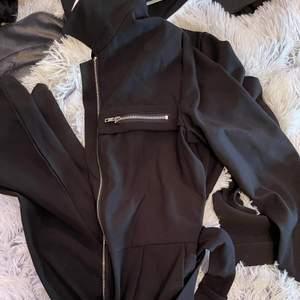 Säljer en byxdress från Na-kd i strl 34 (stor i storleken)