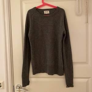 Grå Soft goat tröja i superfin kvalitet och i nyskick. 100% kashmir. För liten för mig, men passar XS. Nypris 1695 kr. 💗 Köparen står för frakten❣️❣️