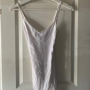 Fin vit body med korsad rygg. Använd 1 gång. Köpare står för frakt