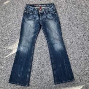 ‼️BUDGIVNING‼️ Y2K lågmidjade jeans från Esprit som är för små på mig i midjan. Passar 170 cm och neråt. Midjemått: 70 cm runt. Innerbenslängd: 76 cm. 220kr + frakt ☺️