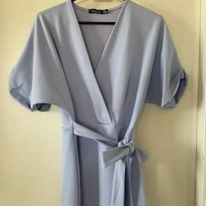 En ljusblå klänning. Passar perfekt till utekvällen.