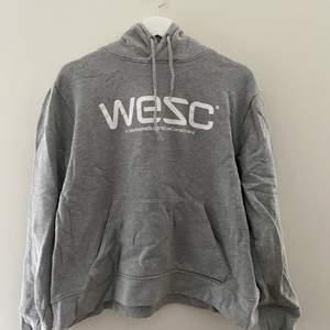 Grå hoodie från WESC i storlek L/XL.