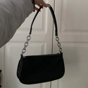 Jag säljer en sparsamt använd svart handväska, som är i fakeläder. Den har ett stort fack, samt ett litet med dragkedja. Säljer den pga att jag int använder den längre. Kontakta mig för att diskutera priset. Pris 99 kr
