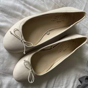 Ballerinaskor från Zara. Använda en gång på ett bröllop!💕 Strl: 37 Nypris: 400 kr