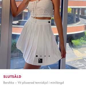 Snygg vit plisserad tenniskjol i minilängd från Bershka som är helt slutsåld. Säljer då den ej kommer till användning. Använd endast en gång, i nyskick. Jättebra passform. 🍉🍓🐢😇 strl XS