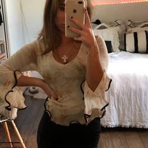 Superfin och speciel tröja i meshmaterial i beige/brunt mönster med volangärmar mm! Köpte den på secondhand för ett tag sedan men har tyvärr inte fått så mycket användning för den! Det står ingen storlek i den men gissar på S! 😌
