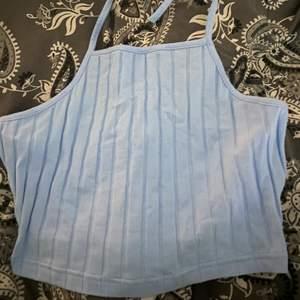 Blått linne från SHEIN som aldrig kommit till användning!💙man knyter linnet i halsen!💙💙💙skriv privat för fler frågor, frakt tillkommer!!!!!!