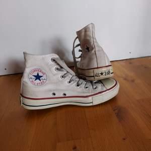Vita Converse All Star, behöver nog en tvätt för att få tillbaka den riktigt vita färgen annars är de fortfarande i fint skick stl 37. Kan skickas.
