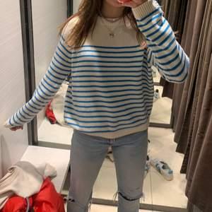 Säljer den här skitsnygga randiga tröjan! 💙 säljer då den inte kommer till användning! Buda i kommentarerna!😇😘 storlek m men jag är en xs/s och ni ser hur den sitter på mig!