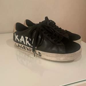 Säljer dessa feta skorna då dom tyvärr inte passar mig! Endast använda fåtal gånger därav väldigt fint skick!🥰 köpta för 1800kr
