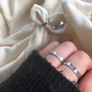 Säljer dessa ringar som jag gör helt själv! har motvien stjärna, smiley, hjärta och man kan blanda de precis hur man vill då jag gör de efter beställning 💕💕 PRIS: ring med ett motiv-45kr, ring med flera motiv-55kr. Finns mer på instagram @s.byelsa