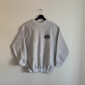 """Vintage Sweatshirt """"Minnesota State Lottery"""" Storleken är M och den är i väldigt bra skick. Modellen är 176cm."""