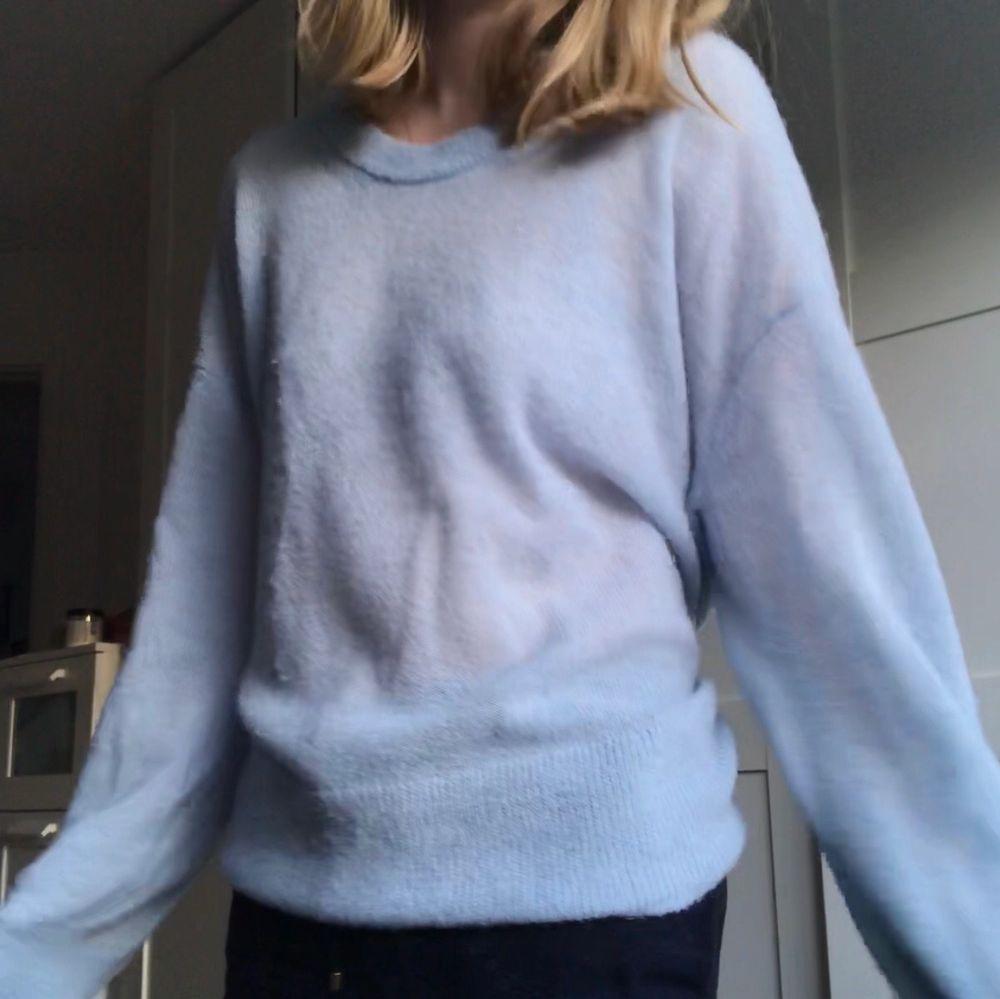 Jättefin ljusblå, stickad tröja från Arket!! Storlek M/L för att få den oversized (är vanligtvis S). . Stickat.