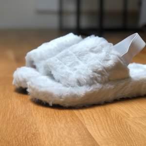 Helt nya och oanvända tofflor. Finns i storlekarna 38 (24cm), 39 (25cm) och 40 (26cm). Det ingår även en enklare påse i svart/vitt som är perfekt om tofflorna är en gåva eller bara för förvaring. Fraktkostnad på 57kr tillkommer.