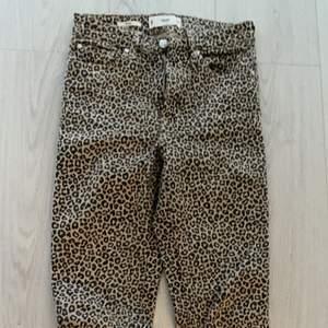 Jättefina jeans i leopardmönster, använda 2 gånger varav en gång testade, säljer då de blivit för små