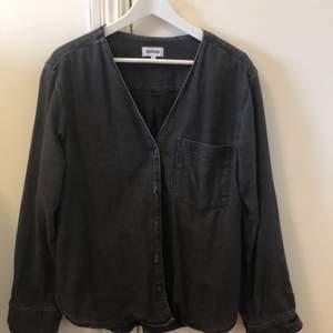 Tunnare jeansliknande skjorta från weekday. Använd ett fåtal gånger. Ordpris 500kr. Strl S och sitter oversized