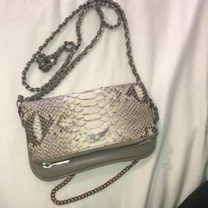 Säljer min lilla Zadig väska eftersom den sällan kommer till användning, smidig och fin i hyfsat bra skick men kedjorna är lite slitna. Nypris 2600