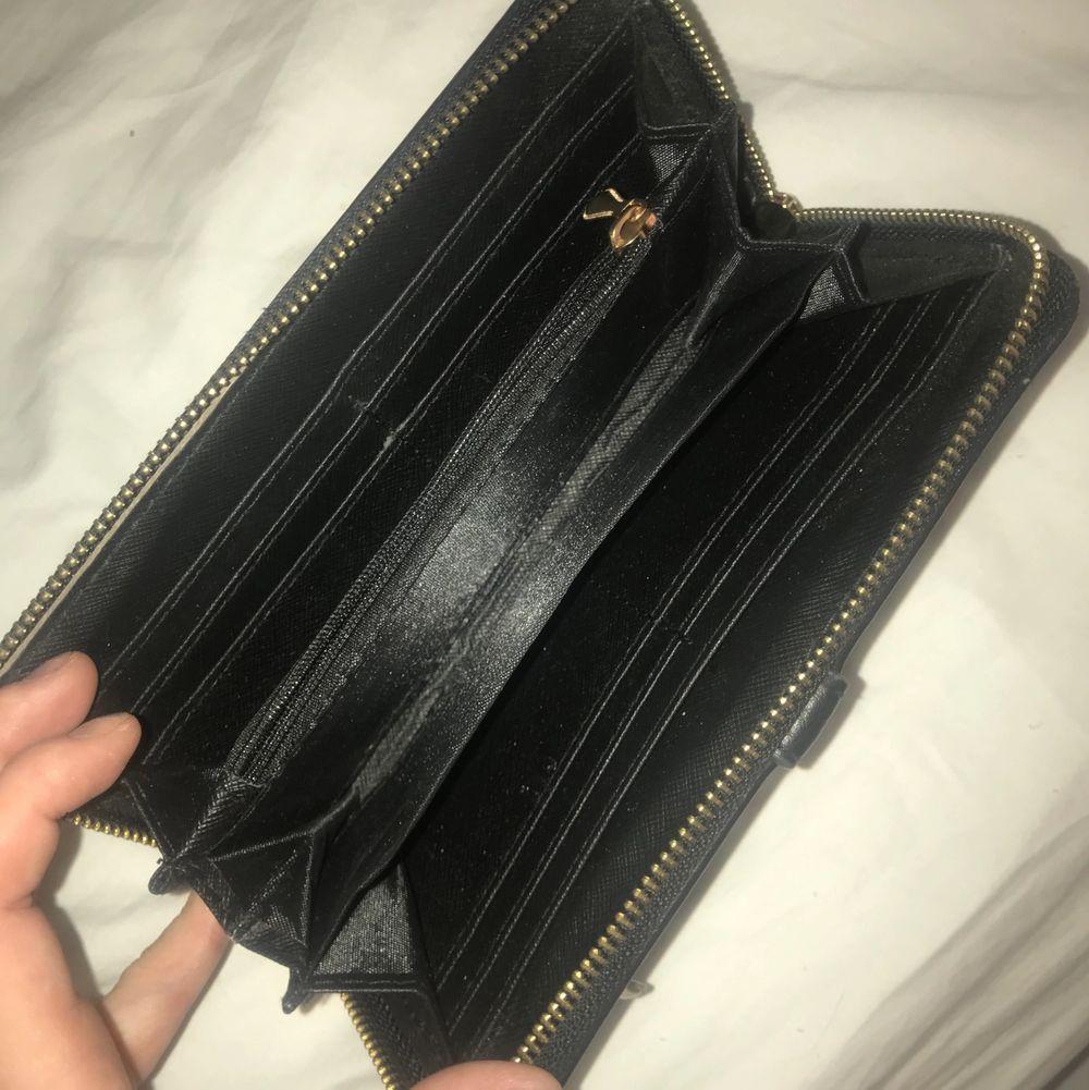 """Prada plånbok (fejk)). Köpt i Spanien och har inga slitningar, förutom vid knipan som sitter på """"armbandet"""". . Väskor."""