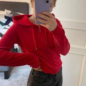 En röd kofta i storlek S. Så fin och knappt använd så väldigt bra skick. den är i mjukt material. Säljer för 135kr. Skriv vid frågor