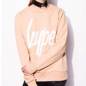Denna superfina sweatshirt som är ifrån märket hype men är köpt på madlady. Det står att det är stl 10 men skulle säga att det är en S. Endast använd ett fåtal gånger så den är i väldigt fint skick! Ny pris 599 kr
