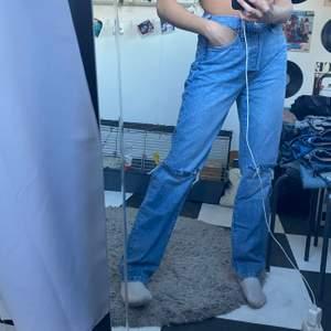 """säljer mina helt oanvända jeans som jag köpte för någon vecka sen men som jag ångrar mig kring & därav väljer att sälja dem 🥰 de är i nyskick och superfina!!!! byxorna är i storlek """"W28 L32"""""""