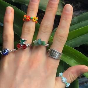 Ringar jag säljer (alla görs på beställning):              🍄 silver ringar i olika mönster och valfri storlek 50     🍄 Pärlringar med blommor i valfria färger 10kr       🍄 Wire wrap ringar med valfri halvädelsten  30kr               🍄 Wire wrap ring med onda ögat pärla 20kr           🍄 Wire wrap ring med valfri bokstavspärla 20kr     🍄 små ringar med körsbär i 7 olika färger 10kr (se mina andra annonser för mer info på varje ring)