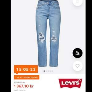 Säljer dessa snygga byxor ifrån Levis, knappt använda och i bra skick. Det är bara att skriva om ni vill ha fler bilder eller info. Köparen betalar för frakten.