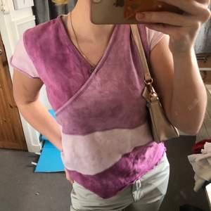 Säljer denna snygga t-shirten i storlek M som jag köpte på Indiska. Skulle själv säga att den är i storlek S. Jättefina färger och i bra skick. Skriv om du vill ha mer bilder. 💞