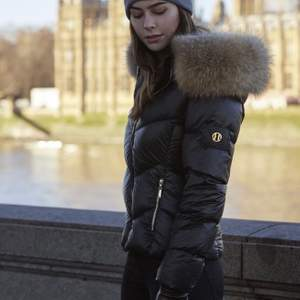 Hollies Stockholm jacka, helt oanvänd endast provad en gång. Äkta päls runt luva som även är avtagbar. Funkar bra för vinter, höst & även tidig vår. Köpt för 4000kr. Skicka dm för frågor eller bilder:)