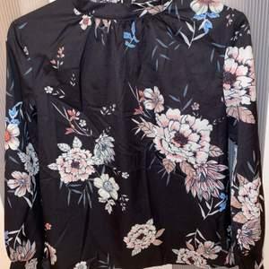 Svart blommig blus från Shein strl S. Kan bara posta och köparen står för frakten:)