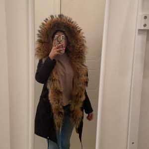 Parka jacka köpt för 4000kr bra skick använd bara en vinter ser helt ny ut och väldigt varm