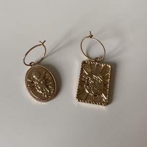 Guldiga örhängen, köparen står för frakten (12kr)✨⚡️🌟
