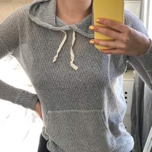 Tunn och luftig hoodie som är superskön att ha på sommaren. Knappt använd och bra skick!