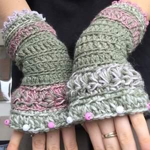 Jättesöta handskar i naturgrön och puderrosa garn. Superfina pärlor smyckar övre delen.