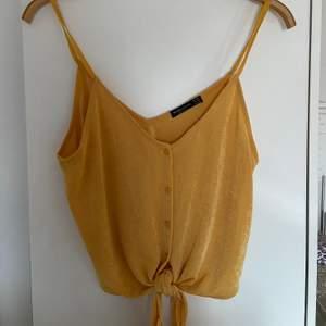 Gult linne från bershka i storlek M. Använd ett fåtal gånger. Finns också i svart.