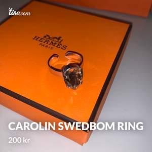 Helt oanvänd ring från caroline svedbom i ljusrosa färg, köppt för runt 500 kr. Den är justerbar.