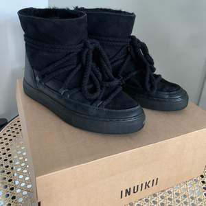 intressekoll på mina fina inuikii skor! köptes precis innan vintern, alltså använda men inga fel på dem alls! nypris är 2600, så mitt pris är 50% billigare