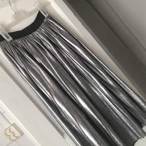 Kjol i fint skick använd endast ett fåtal gånger! Resår i midjan, plisserad och faller fint! Storlek 36