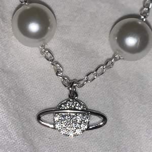 Intressekoll på detta Vivienne Westwood inspirerade halsbandet som jag gjort själv då jag har två par, det är i bra skick och aldrig ens testats på, men är i exakt samma längd som det på bilden. Frakt tillkommer på max 20kr❣️🦋