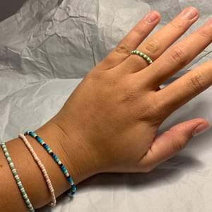 Halloj! En liten intressekoll här bara✨⚡️! Jag gör sjukt söta hemmagjorde armband, ringar och fotledsband. Tanken är att man får bestämma färger och passform själv! Skulle det vara att armbandet går i sönder inom 10 dagar får man ett nytt gratis! Eftersom det är ett dra på armband,ring eller fotledsban🌟puss på er 💥