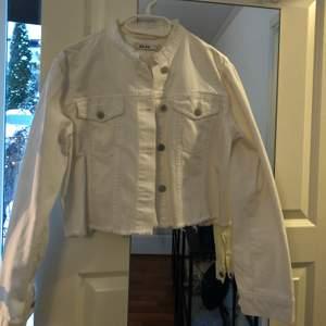 Croppad jeansjacka i vit från nakd, stl 38! Knappt använd så ser ut som ny!!