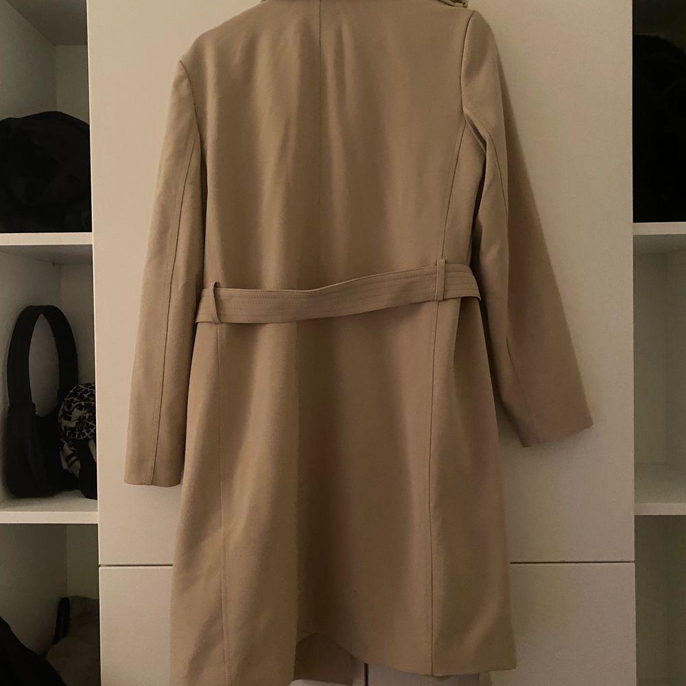 Beige Threnchcoat från H&M. Använd 1 gång. . Jackor.