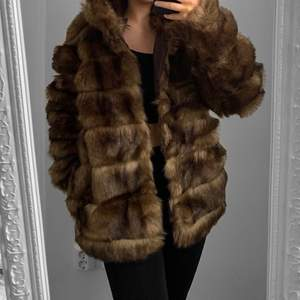 Brun faux fur pälsjacka från NLY, storlek 36 i fint skick.  Hämtas i Sundbyberg eller fraktas. Frakt kostar 99kr extra, postar med videobevis. Jag garanterar en snabb och pålitlig affär!🌸
