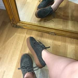 Sköna låga sneakers i velvet.