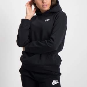 Säljer en sån här liknande Nike hoodie,för den inte kommer till användning den är i nyskick och används få gånger❣️ om du vill ha bilder så kan du skriva till mig❤️