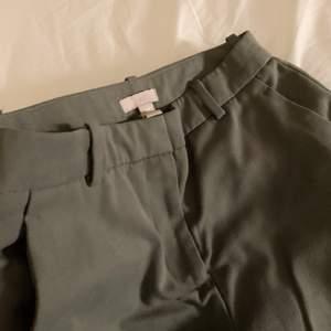 Så fina kostymbyxor i en militärgrön färg 💚 ny skick
