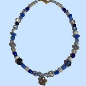 Egenpärlat halsband med glaspärlor, några sötvattenspärlor och en silvrig blomma. Med nylon-coated ståltråd. Ca.40-43cm långt. Skriv för fler bilder eller frågor💙