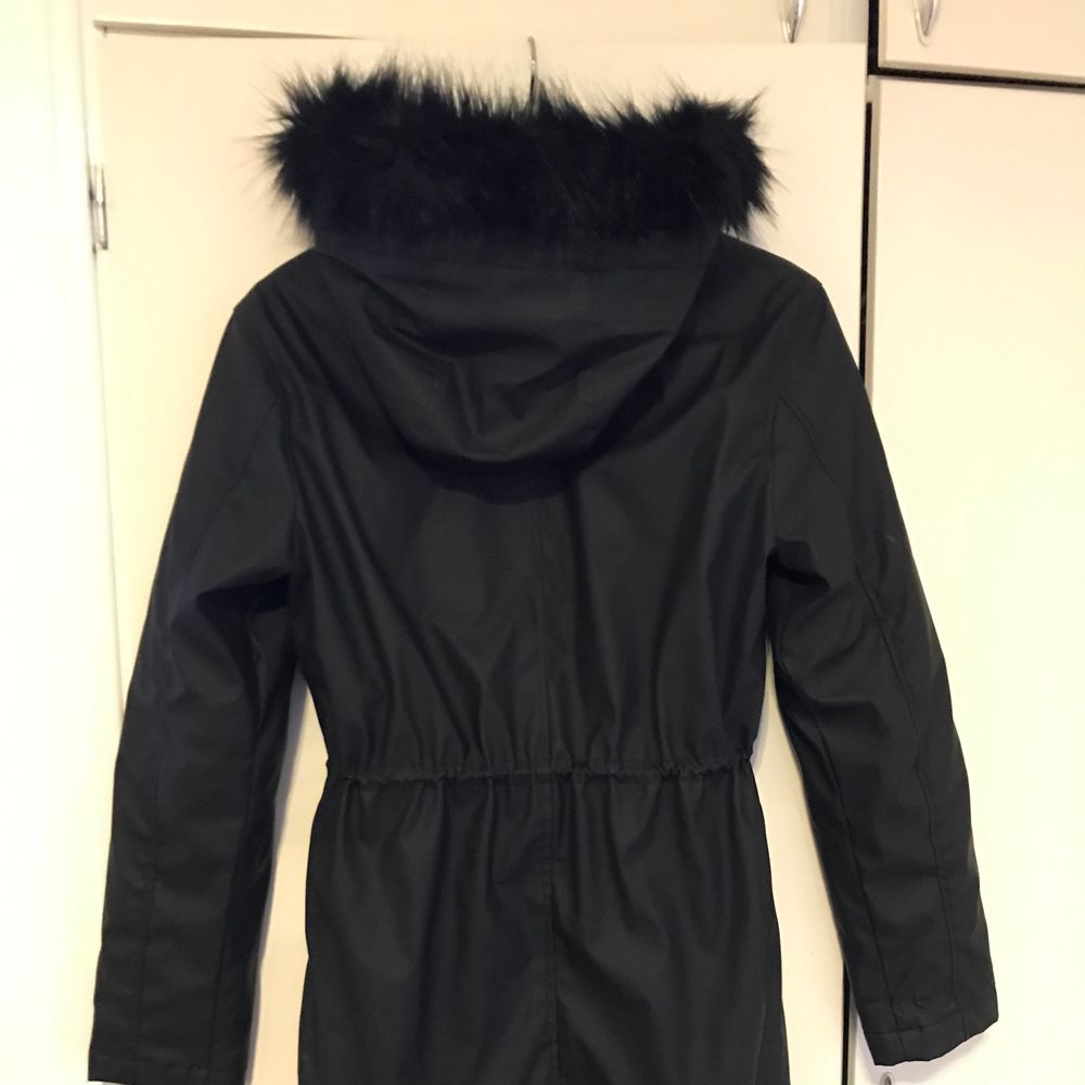 black coat with fur hat  size 32-34. Jackor.
