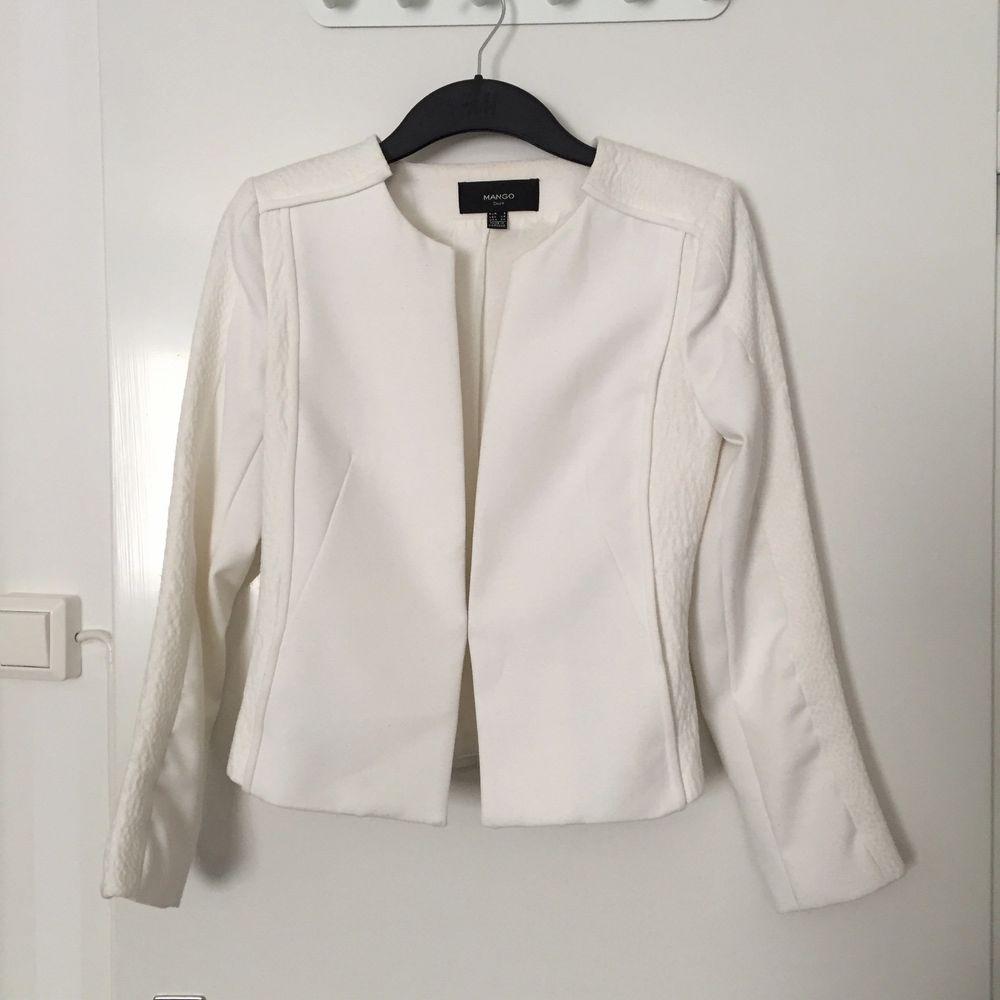 Garderobrensning!! Stl S. Från Mango. Färg: white/Off-white. Har 2 fickor. Mkt bra skick! Behöver tvättas. Finns i Hässelby. Jackor.